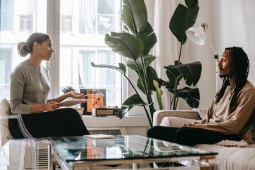 vrouw geeft advies aan man die pensioenadvies nodig heeft