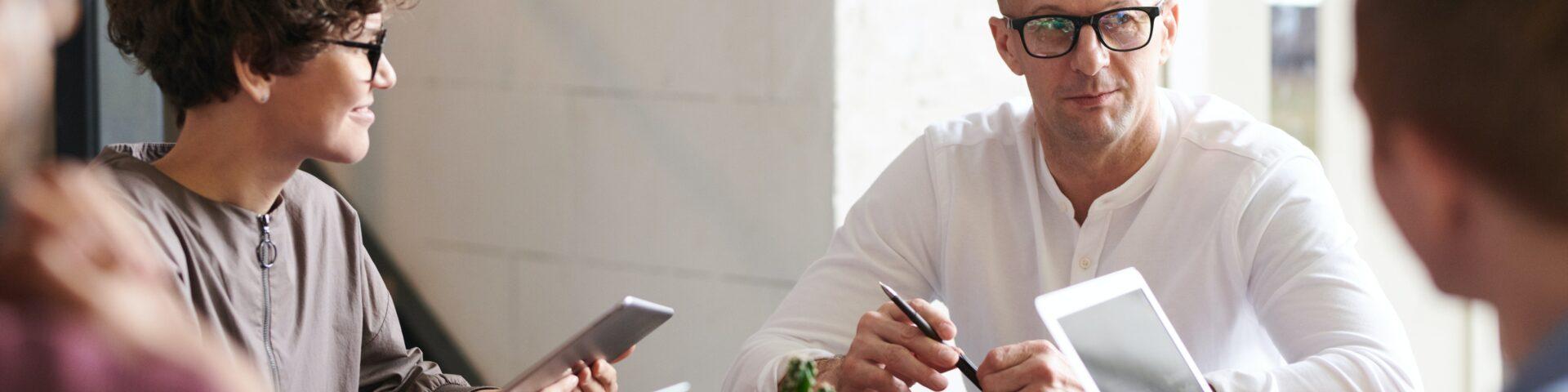 mensen in gesprek let op afkoop klein pensioen