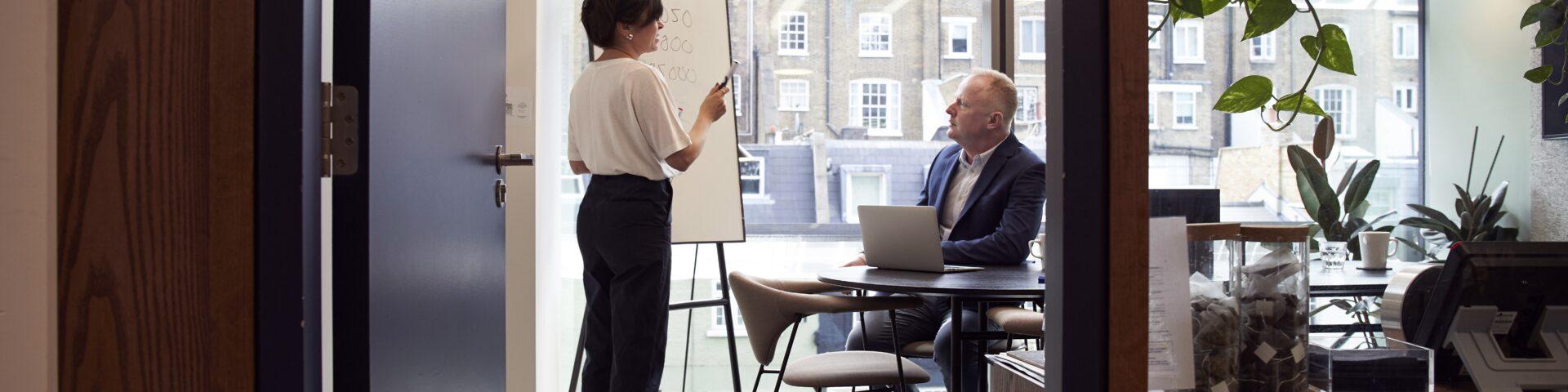vrouw geeft uitleg mentaal voorbereiden op je pensioen