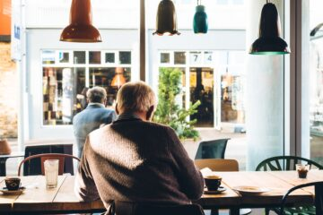 man in stoel met koffie op tafel, illustratie bij als je pensioen te laag is