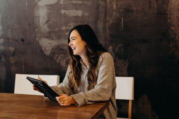 lachende vrouw, illustratie bij artikel over pensioencoaching
