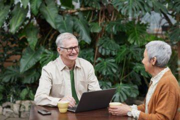 twee mensen bij laptop als illustratie bij besparen en ontsparen